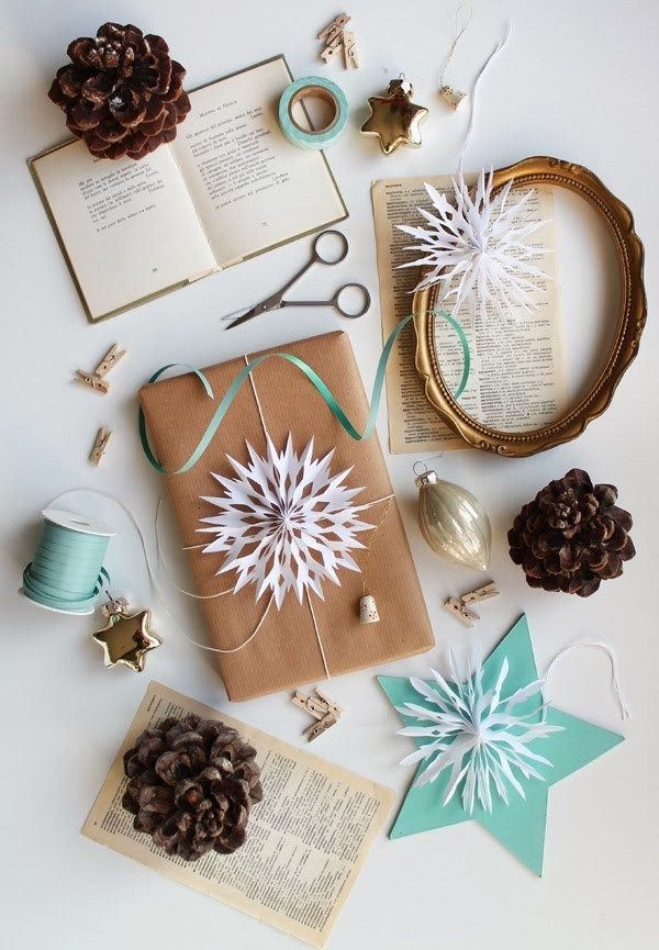 Make paper snowflakes and use them as pretty gift toppers. Enlist the kids to help with this idea - they'll have so much fun! | Giochi di Carta