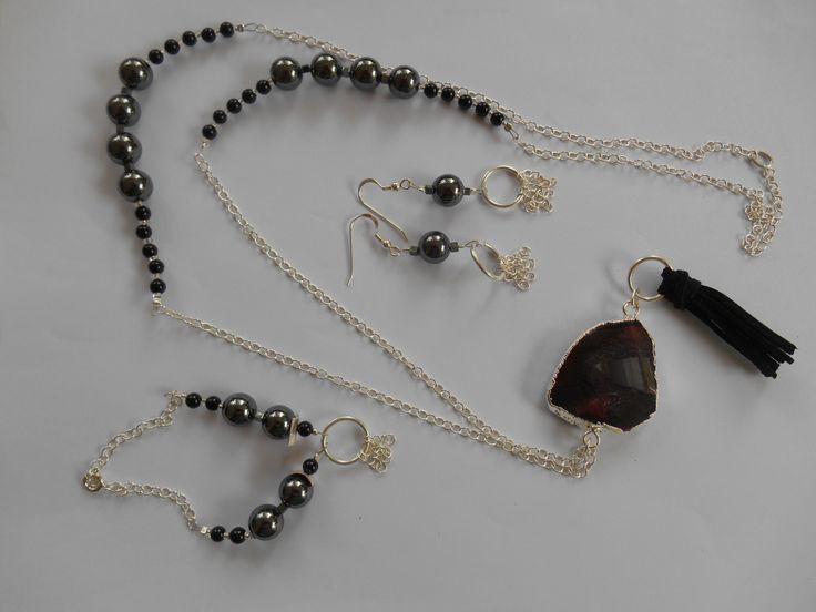 A perfect set of necklace, bracelet and earing. The materials are onyx, hematite, leather and silver 925o.