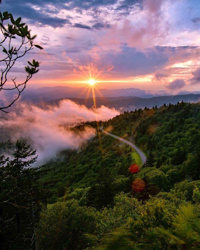 """""""Die Natur trägt immer die Farben des Geistes."""" – Ralph Waldo Emerson. #grossmokies #blauegemomente #rauchgebirge #natürlichnordcarolina"""