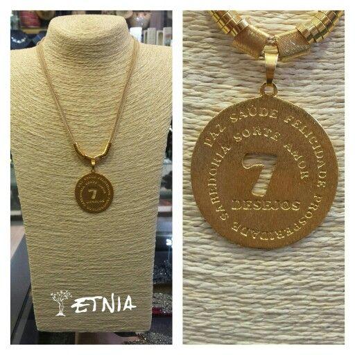 Medallon de los siete deseos. Oro goldfield rallado, cordón de hojas de palmera secadas y trenzadas. Artesanía brasileña en Etnia.