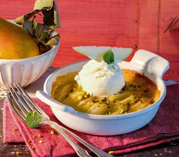 Der Birnengratin mit Pistazien-Zitronenrahm-Guss gehört zu unseren Dessert-Favoriten. Süsse Birnen, Pistazienkerne, Vanilleglace – einfach unglaublich lecker!