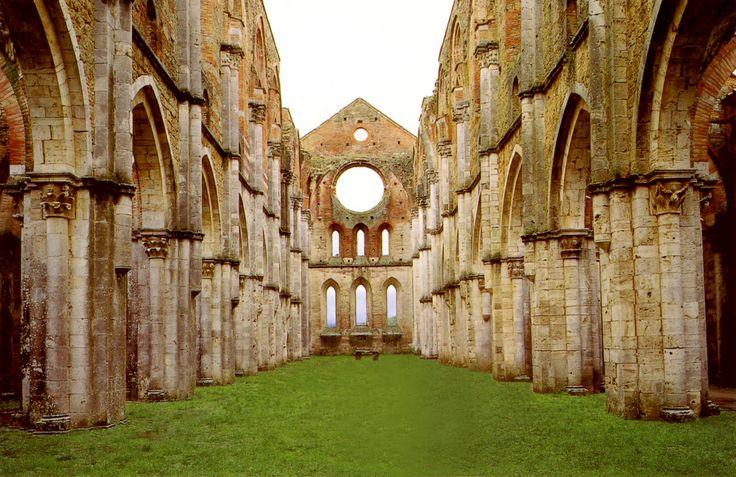 ABBAZIA DI SAN GALGANO  Il mito arturiano rivive in Italia, nell'abbazia di San Galgano, situata in provincia di Siena, nel comune di Chiusdino, risalente al 1218. Si tratta di un'imponente struttura che emana una profonda sacralità e senso d'isolamento. L'abbazia, priva di copertura, raggiunse sino al XIV secolo, anche grazie al sostegno economico di Federico II, noto alchimista e