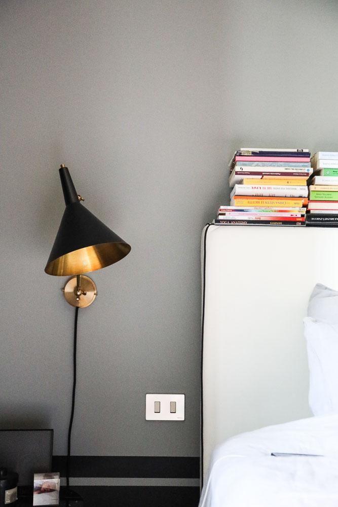 Chambre Tête de lit Livres Lampe Barbara Ghidoni Architecte Appartement Milan