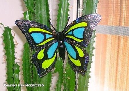 Красивая бабочка из пластиковой бутылки.  1. Отрезаем от бутылки дно и верхушку. 2. Рисуем на бумаге бабочку и с помощью зажимов прикрепляем рисунок к пластиковой основе. 3. Обводим контур бабочки. 4. После того, как контур нашей бабочки высох, вырезаем её и немного выгибаем крылышки вверх. 5. Разукрашиваем нашу бабочку акварелькой или лаком для ногтей, украшаем стразиками, блёсточками, всем, чем только угодно.  Такую очаровашку можно повесить на шторы, украсить ей открытку или прицепить на…
