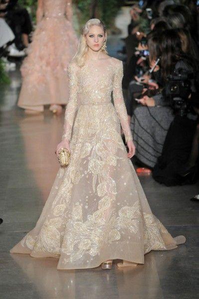 Um vestido que a mãe de Elie Saab usava, com estampa de tulipas, é o ponto de partida dessa coleção de primavera-verão 2015 de alta-costura.