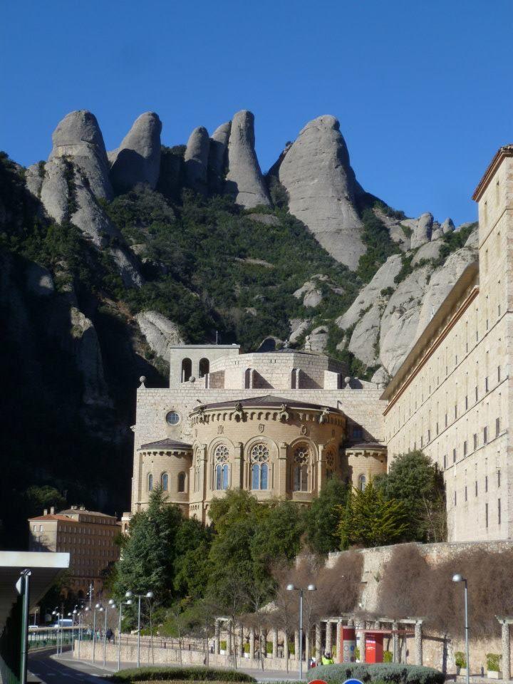 El monasterio benedictino de Santa María de Montserrat y la montaña son un importante símbolo para la historia, la espiritualidad y la cultura catalana. #historia #turismo http://www.rutasconhistoria.es/loc/monasterio-de-santa-maria--de-montserrat