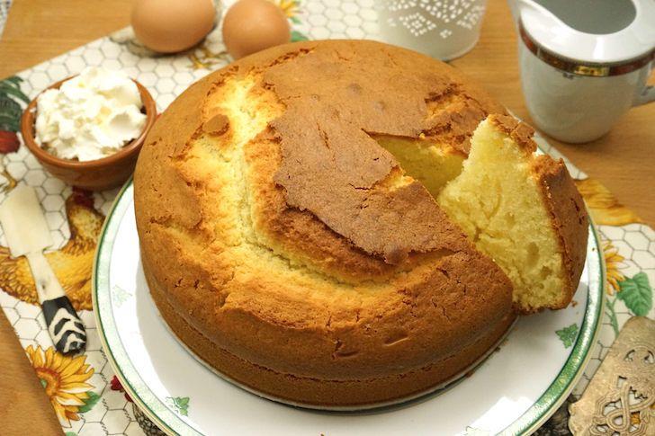 La torta soffice al mascarpone Bimby è una torta semplice da gustare a colazione oppure farcita con Nutella o marmellata. Una ricetta facile e veloce Bimby