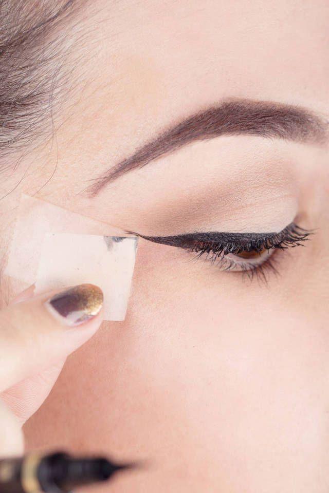 Handig hulpmiddel voor het zetten van een strakke eyeliner! Plakband!