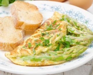 Omelette aux asperges vertes, sauce légère à la moutarde
