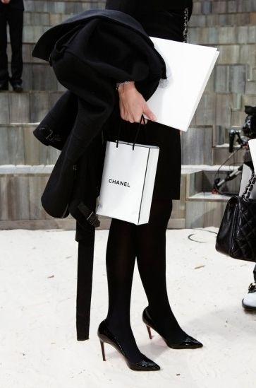 Une soixantaine d'œuvres, images inédites et clichés plus anciens, qui illustre le Paris de Martin Parr, notre capitale vue par le plus anglais des photographes sont exposées du 26 mars au 25 mai 2014 à la MEP. Paris Fashion Week  2013. © Martin Parr  Magnum Photos  Galerie kamel mennour