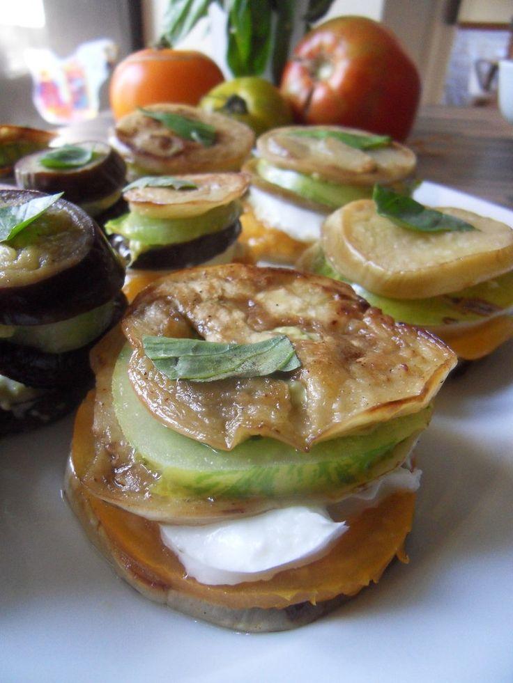 Millefeuilles d\u0027aubergine blanche et violette, tomates Valencia, mozarella  et pesto