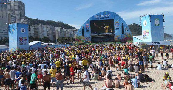 Aficionados de diferentes países disfrutan del partido de Colombia contra recia en la Playa Copacabana FOTOLPG/MILTON FLORES