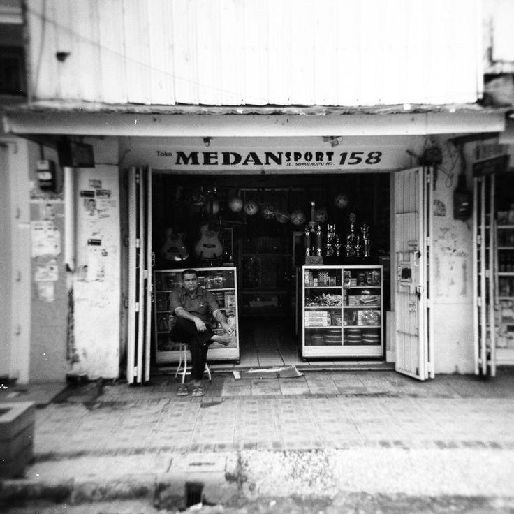Jl. Somba Opu, Makassar, Indonesia.    Barisan ruko yang kebanyakan dimiliki oleh warga keturunan Tionghoa, India, Arab, dan Pakistan. Umumnya menjual emas, perlengkapan olahraga, alat musik, dan sepatu.