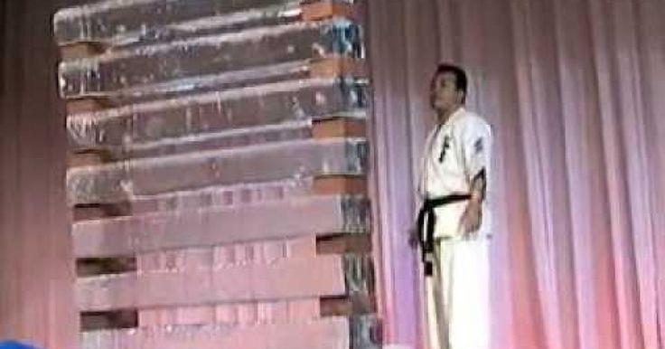 Fué en el 2006 cuandoShihan Takehisa Iriki se presentó en una competencia y sorprendió a la audiencia logrando romper 4 bates de beisball y 7 bloques de hielo de gran dimensión. Se requier no solo de fuerza según lo que dicen, sino tambien de un estado mental adecuado de concentración para lograr técnicas como estas. ¿Crees que pudieras hacer algo similar? COMPARTE