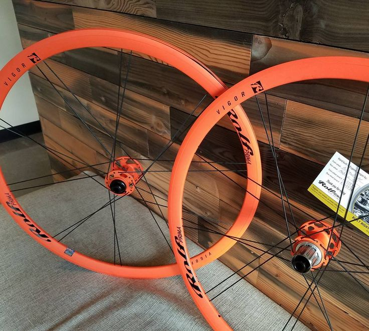 in ROLF PRIMA se ne vedono proprio di tutti i colori!!!! modello Vigor in arancione!!!  #rolfprima #pornwheels #updownbikes #vigor #ruotestrada #tubeless