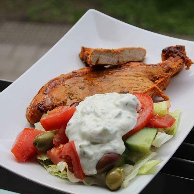 Grillat med sallad och tsatziki 💕 #tsatsiki #grillat #bbq #sallad #salad #lchf #lowcarbhighfat #lavkarbo #lavkarboklubben #paleo #paleodiet #paleolunch #paleomiddag lax grillad