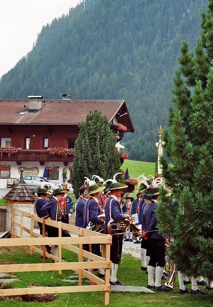 Cérémonie traditionnelle, église St Martin, Gries im Sellrain, district d'Innsbruck-Land, Tyrol, Autriche. | por byb64
