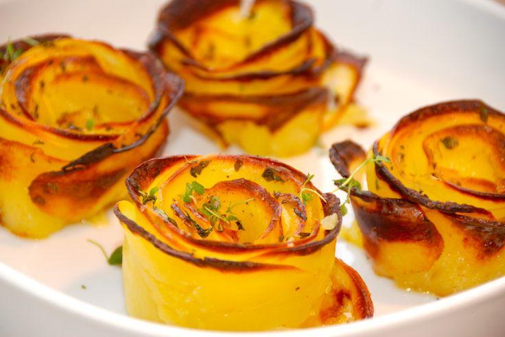 Så nemt kan du lave flotte kartoffelroser i ovnen, der formes af tynde kartoffelskiver, som pensles med smør og drysses med timian.