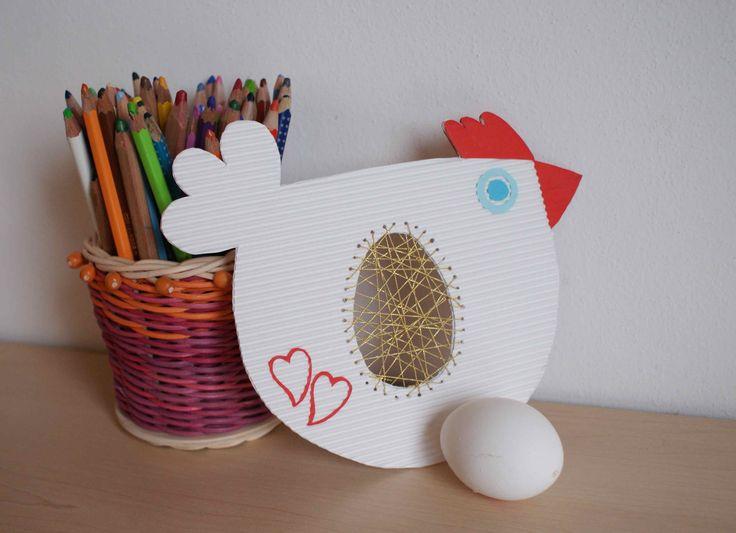 Z bílé vlnité lepenky vystřihněte 2x tělíčko slepičky. Z barevných papírů dolepte hřebínek, zobáček a oči. Pro zpevnění slepte dvě slepičky k sobě. Ve středu těla vystřihněte tvar vajíčka a jeho ok...