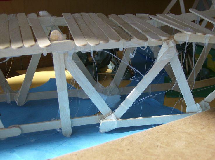 stevige brug bouwen. Is de brug stevig genoeg om een baksteen te houden? Lijmpistool en ijsstokjes