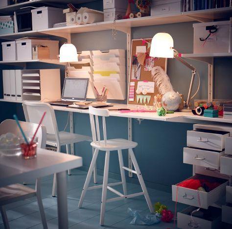 IKEA ¿Qué tienes detrás del sofá? Este despachito está hecho a partir de soluciones de almacenaje de pared; cuenta con un escritorio y mucho espacio para guardar material y para que puedan trabajar dos personas a la vez.