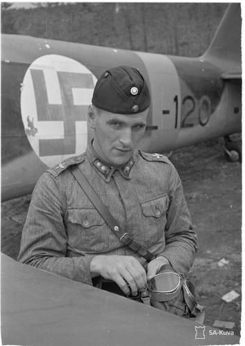 Knight of the Mannerheim Cross, Lieutenant Winqvist next to his plane, which he flew already in the Winter War. Joensuu, 16.8.1942.