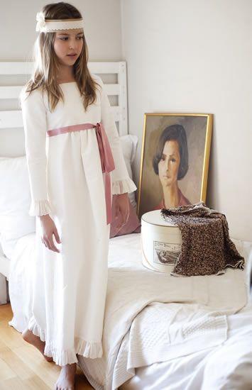 Cuando hizo la primera comunión mi madre se llevaban las capotas, cuando yo la hice un simple lazo y ahora?     Teresa y Leticia   Pilar del...