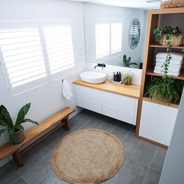 Diese wunderschönen Plantagen-Fensterläden von @diyonlineblinds runden das Badezimmer ab und natürlich habe ich sie selbst installiert. Ich brauchte nur die richtigen Dübel und Bohrer für die Fliesen. Der Einbau in eine Holzfuge für ein Schlafzimmerfenster wäre super einfach! Ich denke, diese Babys werden in jedem Raum meines Hauses großartig aussehen. . . . . . . . #apartmenttherapie #badezimmerbadezimmerdecor #badezimmerinspo #badezimmermodell #bohostyle #AktuellDesignSituation #hygge #homedecor …   – Anaitneg
