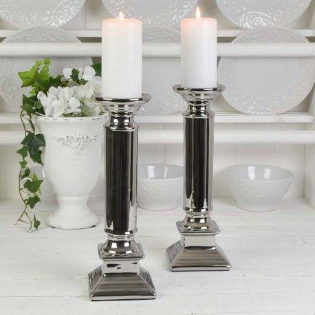 Två fantastiskt fina ljusstakar som passar både till blockljus och vanliga kronljus. Ljusstakarna är gjorda i keramik och har en något antikpatinerad glansig silvrig yta.