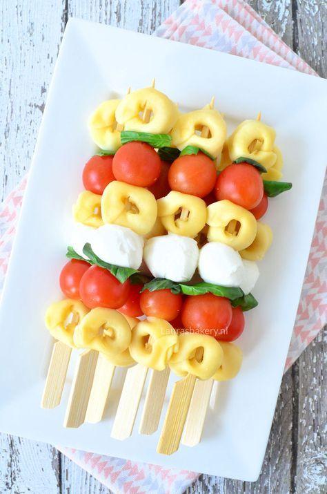pasta salade spiesjes 1a - kan met tomaat + zwarte olijven of druiven en kaas / doritos + zwarte olijventapenade + chilisaus