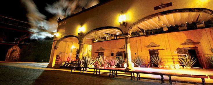 """2 escapadas de fin de semana cerca de Guadalajara . ¿Planeando a dónde escaparte este fin? Uno de nuestros #ViajerosExpertosMD te presenta dos ideas para saborear tequila, comprar artesanías y respirar aire puro cerca de la """"Perla Tapatía""""."""