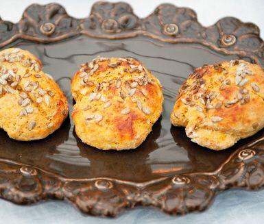 Ljuvliga morotsbröd med solrosfrön på toppen till frukost eller mellis. Morötter och yoghurt gör bröden både nyttiga och saftiga. Varma med smältande smör på påminner de om scones.