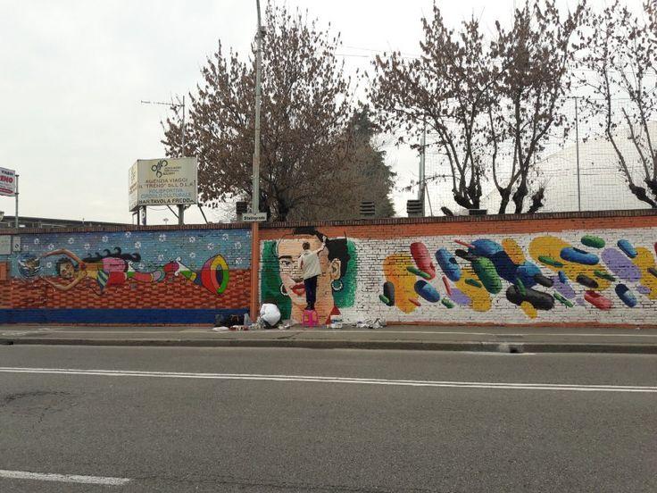 Due giovani allievi dell'accademia di Belle Arti di Ravenna stanno ultimando un grande ritratto dell'artista messicana Frida Kahlo, nel chilometro di