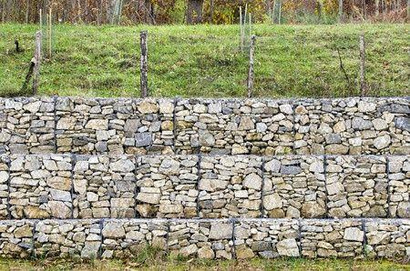 Stützmauer mit Gabionen gebaut