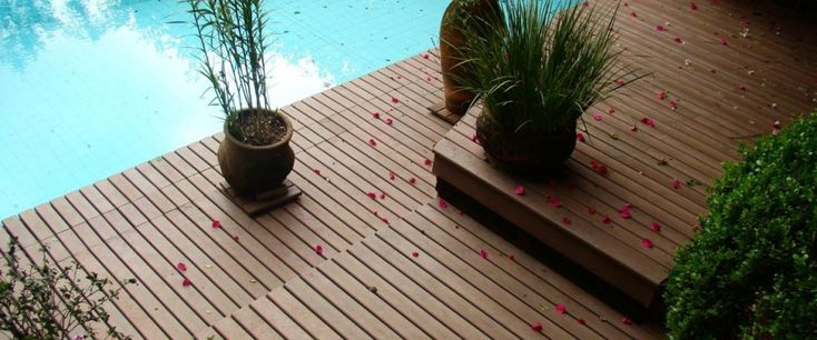 deck-madeira-na-piscina