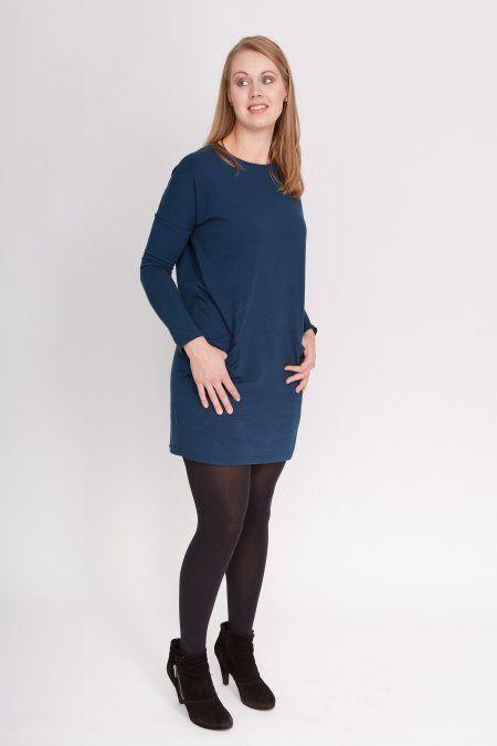 Deze petrolblauwe jurk met lange mouwen is mooi af te stylen met lichte kleuren (geel/wit/etc.).Het jurkje heeft een ronde hals, lange mouwen en zakken op de heupen. Het model is erg wijd, waardoor het eventuele ongewensteoneffenheden verbergt. Door de lage schouders en de zakken heeft het jurkje een stoere, maar toch klassieke look.  De duurzaamheidskenmerken van dit jurkje zijn: Fairtrade en Responsible Low Impact.  Het model is 1.82 meter en draagt maat S.