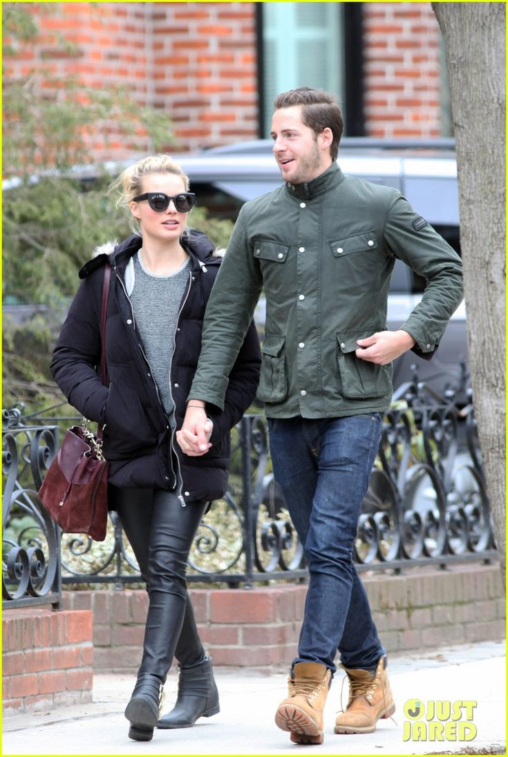 margot robbie packs on pda with boyfriend tom ackerly 02 Margot Robbie jumps into her boyfriend Tom Ackerley's arms and kisses him in excitement on Saturday (April 11) in Toronto, Canada.    The 24-year-old actress is…