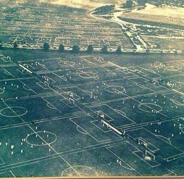88 pełnowymiarowych boisk piłkarskich w jednym miejscu • Rok 1951 Hackney Marshes Londyn • Niezwykłe miejsce w Londynie • Zobacz >> #football #soccer #sports #pilkanozna