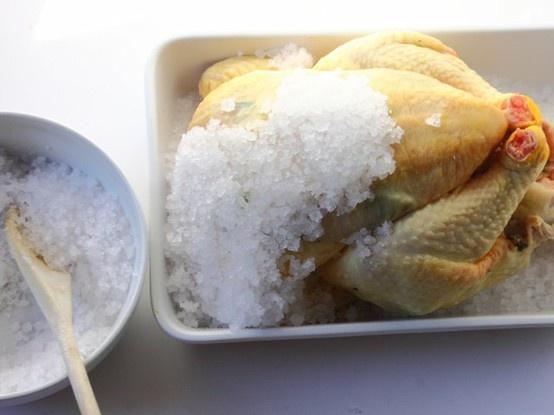 POLLO AL SALE 5/5 - Togliete la teglia dal forno, spezzate la crosta di sale, estraete il pollo, eliminate l'eventuale sale rimasto e servitelo caldo.