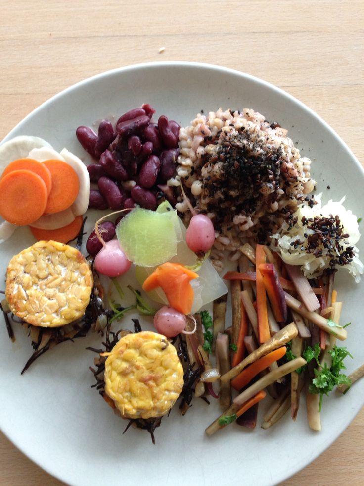 Kinpira van wortel en kliswortel, tempeh met zoete arame, een granenmix, rode nierbonen, pikkels en gestoomde groenten. Lekker!
