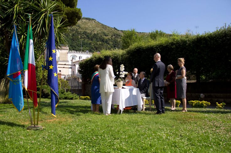 Civil ceremony performed in a beautiful garden in Capri Great idea for a summer ceremony!