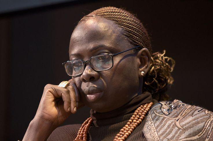 Ken Bugul, «la que nadie quiere», es el seudónimo de Mariètou Mbaye Biléoma, novelista senegalesa. Nació  en 1948 cuando su padre tiene ya 85 años. Estudió en la Universidad de Dakar y se especializó en Bélgica. Se casó en 1980 con un anciano morabito formando parte de su harén y convirtiéndose en la vigésimo octava esposa. Cuando muere su marido, pocos meses después del matrimonio, trabajó en Dakar, en el departamento de planificación familiar para el bienestar senegalés.