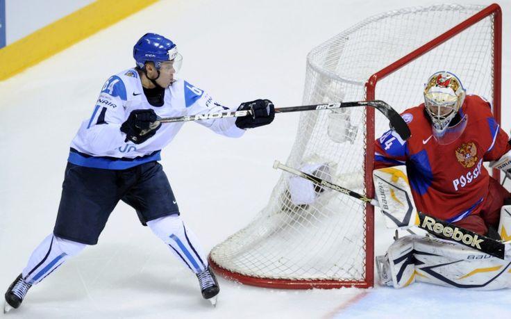 Autor: MICHAL KAMARYT, ČTK - Finský reprezentant Mikael Grandlund střílí gól ruskému brankáři Konstantinu Barulinovi v utkání MS v ledním hokeji, …