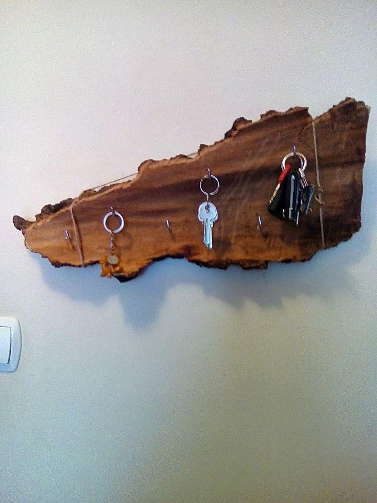 Wieszak na klucze zrobiony z znalezionej kory brzozy,wkrecone parę haczyków zawieszone na sznurku