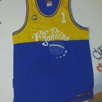 And1 Brasile Rio de Janeiro canotta basket bellissima in buone condizioni.. Taglia L abbastanza larga.. Contattatemi per info.. #nfl#baseball#nba#retrò#swag#jordan#nike#varsity#reebok#basket#skate#vans#chicago #bulls#adidas#hardwoodclassic#karlKani#