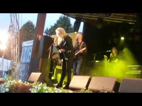 Bonnie Tyler - Kuopio (Finland) - 06/07/2013 - It's a Heartache #bonnietyler #gaynorsullivan #gaynorhopkins #thequeenbonnietyler #therockingqueen #rockingqueen #music #rock #2013 #finland #kuopio #concert #bonnietylervideo #itsaheartache #kuopiowinefestival
