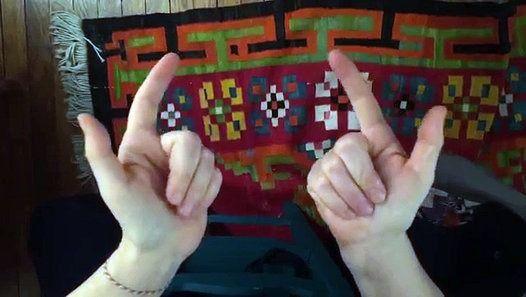 A l'aide de ses deux mains, elle peut trouver le résultat de n'importe quelle multiplication des tables de 5 à 10. Magique