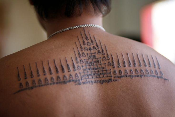 Сак Янт, Камбоджа, Таиланд Первые татуировки Сак Янт наносили мастера-брахманы и буддийские монахи искавшим защиты в бою воинам. Узор содержал буддийские молитвы и магические элементы, которые должны были наделить воина здоровьем, удачей, придать ему сил и защитить от зла. Нанесение тату осуществляется посредством длинной бамбуковой палочки — май сак. В качестве чернил используется смесь, состоящая из пальмового масла, змеиного яда и угольных чернил других ингредиентов, точный состав…