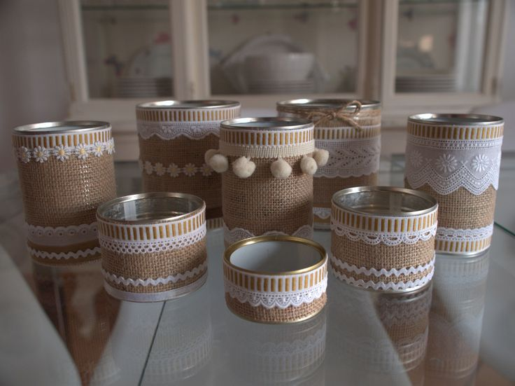 Latas de conserva decoradas con tela de arpillera, encajes, tiras bordadas, borlas...y que podrás utilizar como maceteros, material de escritorio, porta-velas...  Visita el blog y verás como hacerlo.