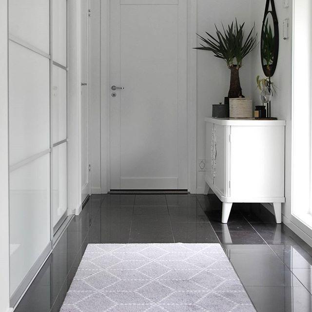 Så glad for denne fine matta fra @heymat.no som jeg vant hos @maritfolland @medina_h og @cathrinedoreen 😍😍 Endelig et teppe som gjør jobben sin i gangen👌👌 . #ukensprofil #interior#boligpluss #boligmagasinet #heymat #interiormagasinet #månedensinstagrammer @abito.no #hallway #hellinterior1@hell_interior#inspoformilla #ingerliselille_inspo #miennasverden #nordichome #mynordichome #scandinavianhome #skandinaviskehjem #nordicliving #nordicinspiration #nordicminimalism #mykindoflikeinspo…